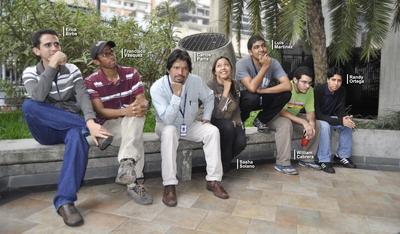 Carlos Parra (troisiéme à partir de la gauche) et son équipe de développeurs du software libre au Veezuela