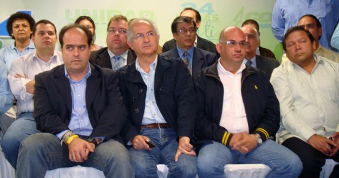 Dirigeants de la MUD (opposition vénézuélienne). Dernier à droite du premier rang, le député Andrés Velásquez.