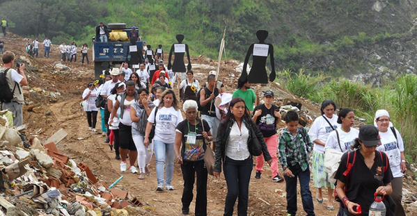 Il y a quelques jours, dans la zone haute de la Comuna 13, ont comencé les exhumations de la décharge transformée en cimetière clandestin en 2002, après que l'armée, sur ordre du président Álvaro Uribe, a déclenché l'Opération Orión, pour « pacifier » la zone et en a confié le contrôle aux paramilitaires du « Bloque Cacique Nutibara »