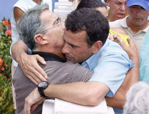 Le même Capriles Radonski dans les bras d'Uribe...