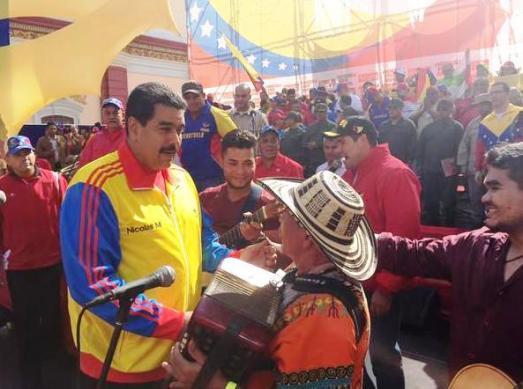 """Marche populaire contre le paramilitarisme et pour la paix à Caracas le 27 août 2015. Nicolas Maduro était présent, à quelques heures de s'envoler vers le Vietnam et la Chine pour un renforcement du partenariat économique. Pour déminer la xénophobie anti-colombienne qui se nourrit des exactions des paramilitaires, le président vénézuélien a brandi les drapeaux des deux nations, invité un musicien colombien à ouvrir le meeting et répondu à l'oligarchie de Bogota : """"Nous ne sommes pas anti-colombiens. Nous sommes anti-mafia et anti-paramilitaires""""."""
