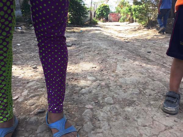 """""""Non, ne me filme pas le visage !"""". Depuis la fermeture de la frontière par le Venezuela, la population locale commence à peine à rêver à la fin de la terreur paramilitaire. Photo: Telesur"""