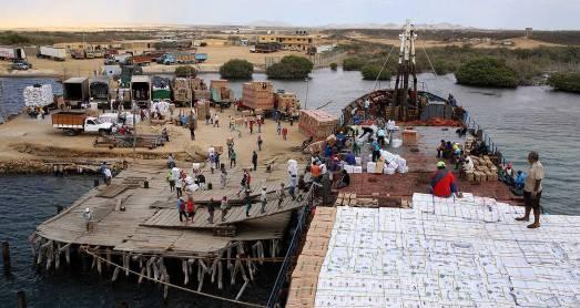 Puerto Portete, un port sous contrôle exclusif des paramilitaires qui exploitent les indigènes de la Alta Guajira pour charher et décharger les tonnes de produits volés au Venezuela.