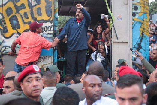 Le mouvemet populaire rencontre le président Maduro (juché sur le camion d'une radio associative) aux abords du palais présidentiel, Caracas, 9 décembre 2015
