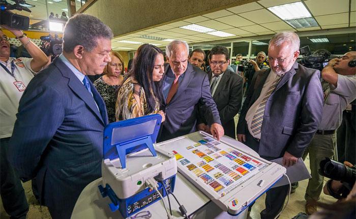 Leonel Fermandez (ex-président dominicain) - chef de la Mission Électorale de l'UNASUR et Ernesto Samper (ex-président colombien et Secrétaire Général de l'UNASUR) examinent le système de vote.