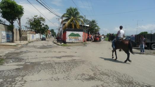 entrada avenida principal Barrio Bello monte