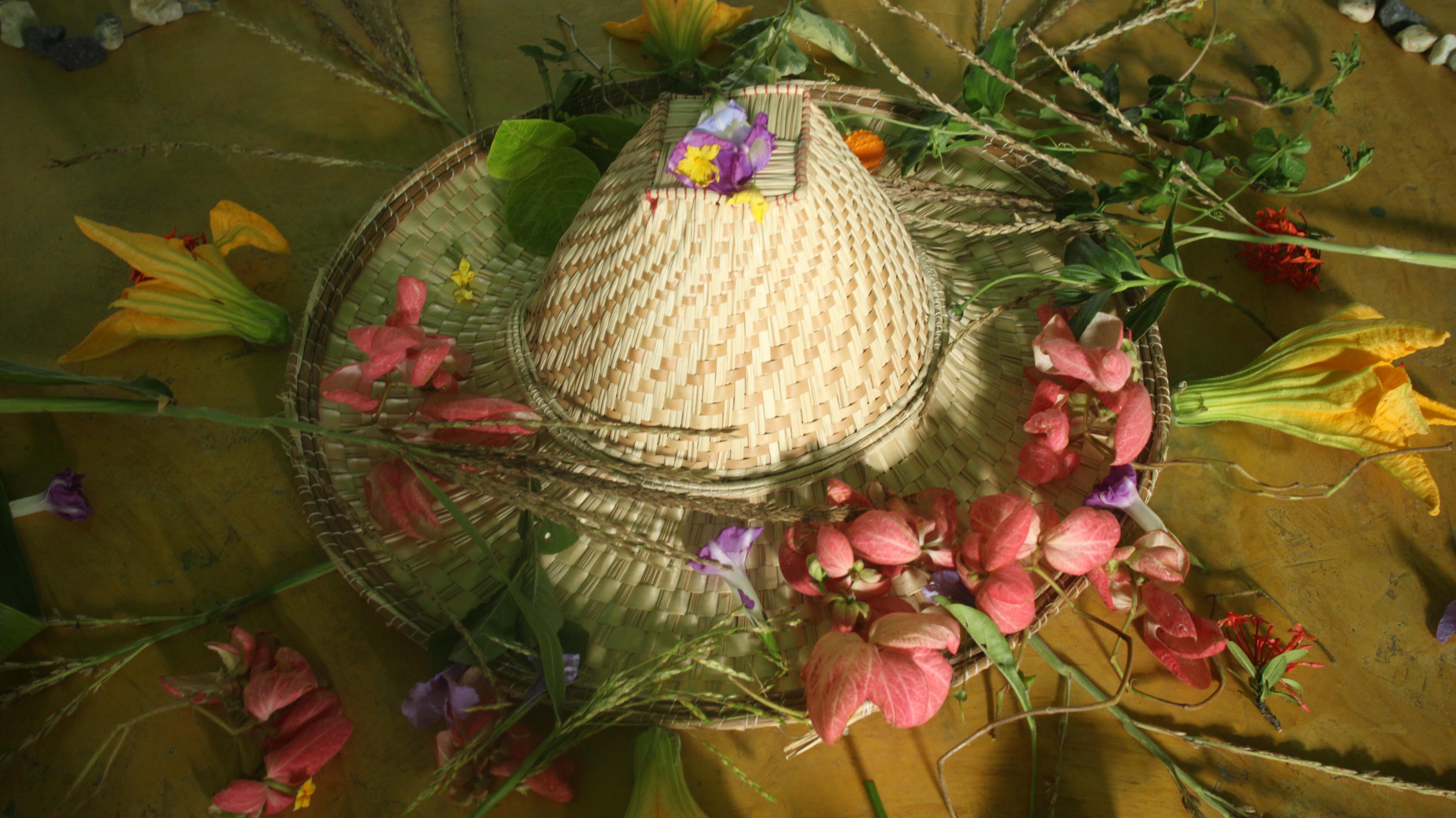 Mistica del tercer dia con un sombrero yukpa en el centro, con flores y plantas recojidas en el jardin de Caquetios 2.jpg