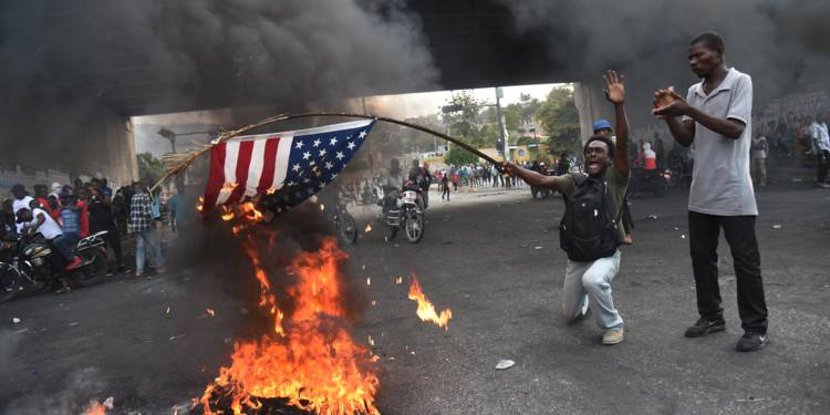 haiti-des-manifestants-brulent-un-drapeau-americain-1327925