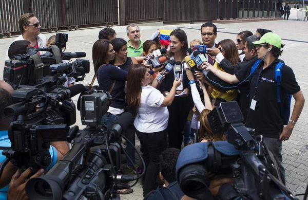 Scène de la vie quotidienne sous la dictature bolivarienne : la dirigeante d'extrême droite Maria Corina Machado, impliquée dans plusieurs tentatives de coup d'État depuis 2002, explique aux médias « baillonnés » qu'il n'y a pas de liberté au Venezuela et que plutôt que d'attendre des élections, il faut relancer les confrontations « non-dialogantes » (sic) pour forcer le président élu à partir.