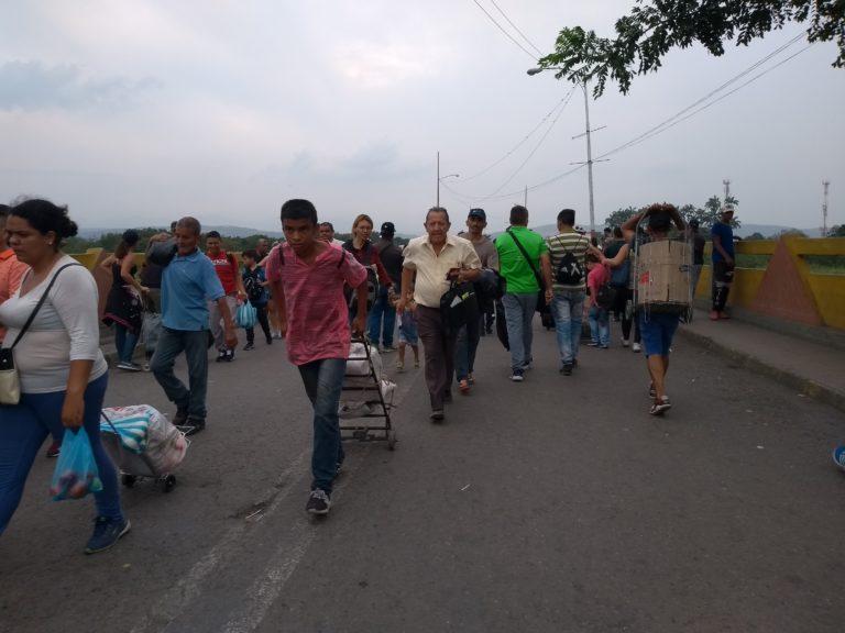"""Photo: Fania Rodrigues. Par la frontière colombo-vénézuélienne vont et viennent quotidiennement 35 mille personnes qui ne sont pas des """"migrants"""""""