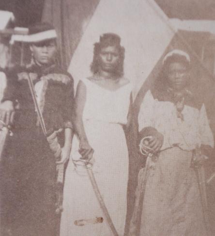 """""""Trois Amazones vénézuéliennes"""" (1892). Photo de l'états-unien Willian Nephew King, tirée d'un reportage sur la Révolution légaliste commandée par Cipriano Castro."""